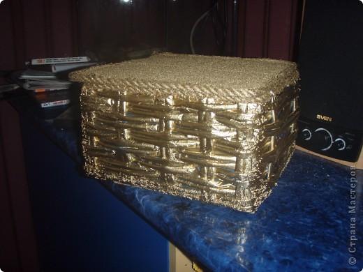 Скоро Новый год, и я начала задумываться над подарками. Но подарки нужно красиво упаковать. Вот и получилась у меня такая коробочка. Покрывала аэрозолью из болончика с эффектом золотого хрома. На крышке приклеена манка, которая покрашенна той же краской. фото 1