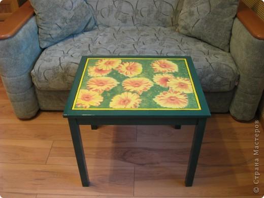 Это детский столик из IKEA.  Захотелось как-то сделать его повеселей. Вот что из этого получилось. Покрашен пока одним слоем лака. Надо еще пару-тройку раз пройтись. Решила поделиться результатом. Мне очень нравится!! фото 2