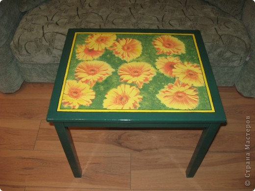 Это детский столик из IKEA.  Захотелось как-то сделать его повеселей. Вот что из этого получилось. Покрашен пока одним слоем лака. Надо еще пару-тройку раз пройтись. Решила поделиться результатом. Мне очень нравится!! фото 3