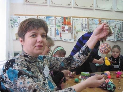 """Сегодня, 20 ноября, в детской художественной школе города Енисейска открылась краевая творческая мастерская народных художественных ремёсел """"МАСТЕРА КРАСНОЯРЬЯ"""". Такого нельзя пропустить и мы с подругой Ириной с утра отправились на мастер-классы. Мы увидели такууууууууууую красоту!!! В словах не выскажешь, надо видеть! Мастера были из Ачинска, Красноярска, Енисейска, Железногорска, Заозёрного, Бородино, Сосновоборска, Лесосибирска, с Рыбинского и Берёзовского р-онов Красноярского края. В этот день были предложены различные мастер-классы: быстрая сборка двухстороннего лоскутного одеяла с использованием современных технологий и инструментов, горячий батик в технике """"кракле"""", гобелен, изготовление тряпичной игрушки, изготовление изделий из лозы, из рогоза, бисера, изготовление щепной птицы, цветов из бересты, плетение из бересты бутыли-горлатки, изготовление глиняной свистульки, объёмная резьба по дереву - резаные лошадки, валяние по шёлку, художественная ковка, цветное стекло (фьюзинг) на керамической плитке. Хотелось бы, конечно, посмотреть и то и другое, но... увы, пришлось выбирать. фото 22"""