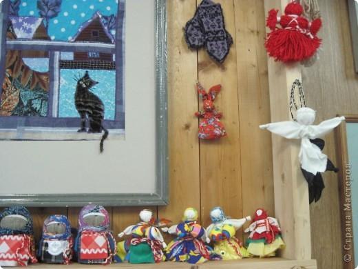 """Сегодня, 20 ноября, в детской художественной школе города Енисейска открылась краевая творческая мастерская народных художественных ремёсел """"МАСТЕРА КРАСНОЯРЬЯ"""". Такого нельзя пропустить и мы с подругой Ириной с утра отправились на мастер-классы. Мы увидели такууууууууууую красоту!!! В словах не выскажешь, надо видеть! Мастера были из Ачинска, Красноярска, Енисейска, Железногорска, Заозёрного, Бородино, Сосновоборска, Лесосибирска, с Рыбинского и Берёзовского р-онов Красноярского края. В этот день были предложены различные мастер-классы: быстрая сборка двухстороннего лоскутного одеяла с использованием современных технологий и инструментов, горячий батик в технике """"кракле"""", гобелен, изготовление тряпичной игрушки, изготовление изделий из лозы, из рогоза, бисера, изготовление щепной птицы, цветов из бересты, плетение из бересты бутыли-горлатки, изготовление глиняной свистульки, объёмная резьба по дереву - резаные лошадки, валяние по шёлку, художественная ковка, цветное стекло (фьюзинг) на керамической плитке. Хотелось бы, конечно, посмотреть и то и другое, но... увы, пришлось выбирать. фото 13"""