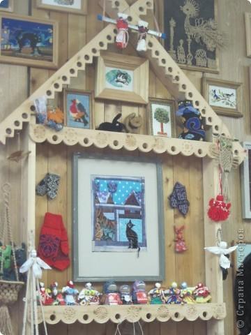 """Сегодня, 20 ноября, в детской художественной школе города Енисейска открылась краевая творческая мастерская народных художественных ремёсел """"МАСТЕРА КРАСНОЯРЬЯ"""". Такого нельзя пропустить и мы с подругой Ириной с утра отправились на мастер-классы. Мы увидели такууууууууууую красоту!!! В словах не выскажешь, надо видеть! Мастера были из Ачинска, Красноярска, Енисейска, Железногорска, Заозёрного, Бородино, Сосновоборска, Лесосибирска, с Рыбинского и Берёзовского р-онов Красноярского края. В этот день были предложены различные мастер-классы: быстрая сборка двухстороннего лоскутного одеяла с использованием современных технологий и инструментов, горячий батик в технике """"кракле"""", гобелен, изготовление тряпичной игрушки, изготовление изделий из лозы, из рогоза, бисера, изготовление щепной птицы, цветов из бересты, плетение из бересты бутыли-горлатки, изготовление глиняной свистульки, объёмная резьба по дереву - резаные лошадки, валяние по шёлку, художественная ковка, цветное стекло (фьюзинг) на керамической плитке. Хотелось бы, конечно, посмотреть и то и другое, но... увы, пришлось выбирать. фото 1"""