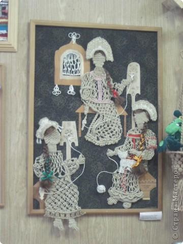 """Сегодня, 20 ноября, в детской художественной школе города Енисейска открылась краевая творческая мастерская народных художественных ремёсел """"МАСТЕРА КРАСНОЯРЬЯ"""". Такого нельзя пропустить и мы с подругой Ириной с утра отправились на мастер-классы. Мы увидели такууууууууууую красоту!!! В словах не выскажешь, надо видеть! Мастера были из Ачинска, Красноярска, Енисейска, Железногорска, Заозёрного, Бородино, Сосновоборска, Лесосибирска, с Рыбинского и Берёзовского р-онов Красноярского края. В этот день были предложены различные мастер-классы: быстрая сборка двухстороннего лоскутного одеяла с использованием современных технологий и инструментов, горячий батик в технике """"кракле"""", гобелен, изготовление тряпичной игрушки, изготовление изделий из лозы, из рогоза, бисера, изготовление щепной птицы, цветов из бересты, плетение из бересты бутыли-горлатки, изготовление глиняной свистульки, объёмная резьба по дереву - резаные лошадки, валяние по шёлку, художественная ковка, цветное стекло (фьюзинг) на керамической плитке. Хотелось бы, конечно, посмотреть и то и другое, но... увы, пришлось выбирать. фото 6"""