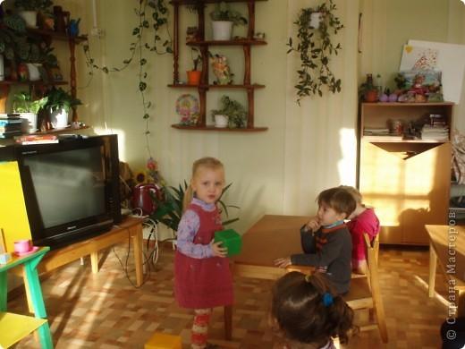так как детки у меня еще маленькие, я решила, что мы сделаем мамам подарок, цветы из ладошек, я дорисовала зелень, получились все работы разные фото 18