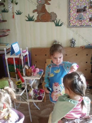 так как детки у меня еще маленькие, я решила, что мы сделаем мамам подарок, цветы из ладошек, я дорисовала зелень, получились все работы разные фото 14