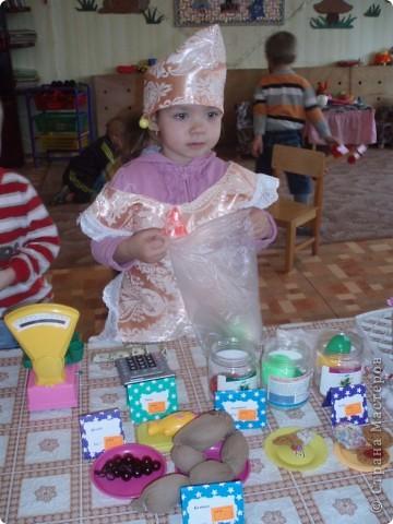 так как детки у меня еще маленькие, я решила, что мы сделаем мамам подарок, цветы из ладошек, я дорисовала зелень, получились все работы разные фото 8