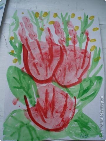 так как детки у меня еще маленькие, я решила, что мы сделаем мамам подарок, цветы из ладошек, я дорисовала зелень, получились все работы разные фото 7