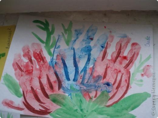 так как детки у меня еще маленькие, я решила, что мы сделаем мамам подарок, цветы из ладошек, я дорисовала зелень, получились все работы разные фото 6