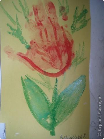 так как детки у меня еще маленькие, я решила, что мы сделаем мамам подарок, цветы из ладошек, я дорисовала зелень, получились все работы разные фото 3