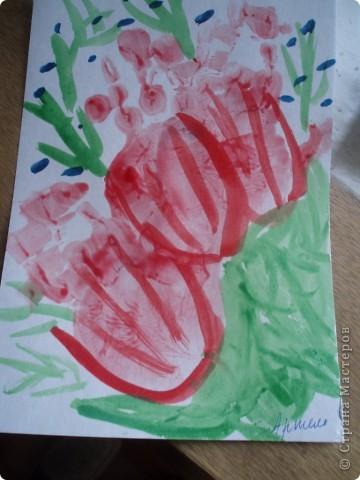 так как детки у меня еще маленькие, я решила, что мы сделаем мамам подарок, цветы из ладошек, я дорисовала зелень, получились все работы разные фото 5