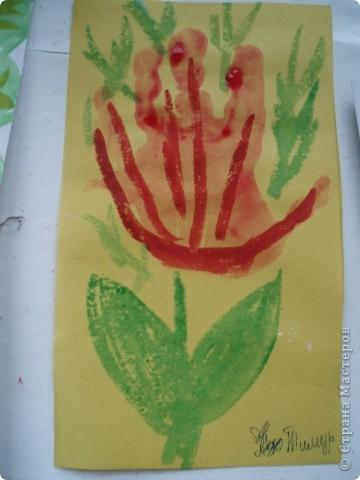 так как детки у меня еще маленькие, я решила, что мы сделаем мамам подарок, цветы из ладошек, я дорисовала зелень, получились все работы разные фото 2