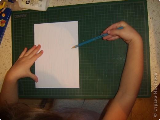 Вот снова делали с детками открытку, в новой технике. Похожа на технику торцевания, как то пробовали с детками им не понравилось. И тут как то делала урок для малышей, из салфеток делали рыбку. Возраст малышей был 1,5-2. Мы просото порвали, помяли разноцветные салфетки и скатали из них кружки. Так же поиграли, сделали упражнение для лёгких : раскрываете салфеточку и начинаете дуть, устаивали конкурс кто дальше салфеточку отдует от этого занятия детки были в восторге.   Данная техника развивает мелкую моторику, а упражнение для лёгких укрепляет лёгкие и бронхи а так же помогает выводить мокроту из лёгких.    Дальше продолжили делать нашу рыбку на большой шаблон рыбки нарисованый от руки ( 1,0мх0,7м), мы стали клеять при помощи клея карандаша наши шарики из салфеток. К сожалению фото не сделала.   И вот решила сделать в этой технике ёлочки, колокольчик и других. Только в миниатюрном виде. И решила поделится с данной техникой с мамочками. Моим деткам очень понравилось рвать и делать шарики. Правда кухня была засыпана ими везде. Но зато посмотрите каие открыточки у нас получились.   фото 3
