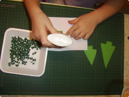 Вот снова делали с детками открытку, в новой технике. Похожа на технику торцевания, как то пробовали с детками им не понравилось. И тут как то делала урок для малышей, из салфеток делали рыбку. Возраст малышей был 1,5-2. Мы просото порвали, помяли разноцветные салфетки и скатали из них кружки. Так же поиграли, сделали упражнение для лёгких : раскрываете салфеточку и начинаете дуть, устаивали конкурс кто дальше салфеточку отдует от этого занятия детки были в восторге.   Данная техника развивает мелкую моторику, а упражнение для лёгких укрепляет лёгкие и бронхи а так же помогает выводить мокроту из лёгких.    Дальше продолжили делать нашу рыбку на большой шаблон рыбки нарисованый от руки ( 1,0мх0,7м), мы стали клеять при помощи клея карандаша наши шарики из салфеток. К сожалению фото не сделала.   И вот решила сделать в этой технике ёлочки, колокольчик и других. Только в миниатюрном виде. И решила поделится с данной техникой с мамочками. Моим деткам очень понравилось рвать и делать шарики. Правда кухня была засыпана ими везде. Но зато посмотрите каие открыточки у нас получились.   фото 6