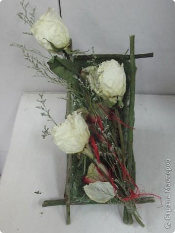 Белые розы всё-таки сохранили свой цвет и нежность...