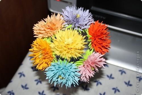 Насмотрелась я на астру Евгеши http://stranamasterov.ru/node/23788?tid=451%2C462 и решила попробовать сделать такие мамочке. Её любимые цветА и цветЫ и число:). Только я сделала их немного меньше, чем в МК. Делать очень легко, но нужно терпение вырезать столько звёздочек:))) фото 1