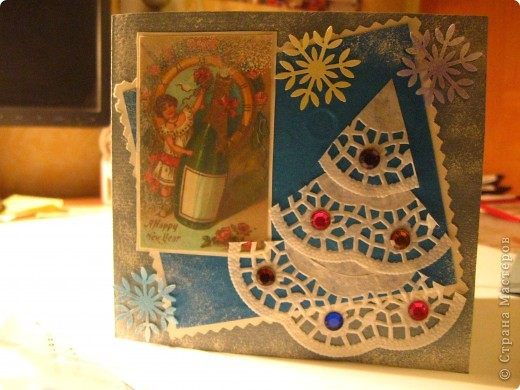 Эту открытку сделал мой сын для своей учительницы. Я всего лишь вырезала шаблоны, надпись, а он уже сам из нужных материалов делал свой подарок. Варежки мы решили сделать из салфеток для кухни, получилась фактура. Эта открытка родилась благодаря МК Китти http://stranamasterov.ru/node/112036?c=favorite . При изготовлении открытки мой Данила научился штамповать краской с лицевой стороны, а внутри всё в снежинках (трафаретики от дырокольных снежинок). фото 5