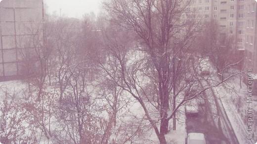 """Вот наконец-то и уменя началась подготовка к Новому году.  Первая проба декупажа и мне эта техника пришлась по душе.Здесь добавлено немного квилинга и пластики. Эту работу подарю маме, ей очень понравилось А снегирек думает: """"Поклевать еще рябинки или перелететь на пушистую снежную веточку?"""" фото 10"""