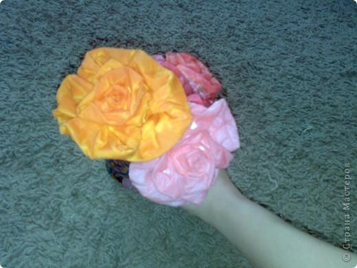 Посмотрела какое колличество всевозможных цветов умеют делать Мастера , сразу хочется всему научиться ,но в сутках времени маловато. Хочу представить и свою скромную работу Это розы из салфеток покрытые парафином