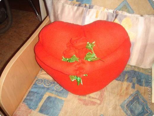 пыталась сфотографировать подушку 3дня,она упорно получается с рыжим отливом,на самом деле флис приятного не ядовитого красного цвета фото 2