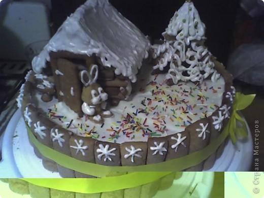 Решила потренироваться в украшательстве к Новому году на тортике на ДР брату.   Бисквитные коржи со сметанным кремом.Все остальные фигурки - тесто медовика.