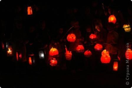Делали с детьми фонарики из картона и витражной бумаги. фото 3
