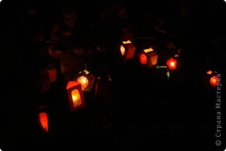 Делали с детьми фонарики из картона и витражной бумаги. фото 2