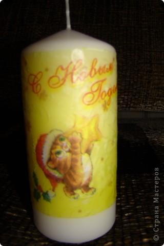мой первый декупаж на свече.несмотря на то,что очень много складочек,мне понравилось работать со свечкой фото 3