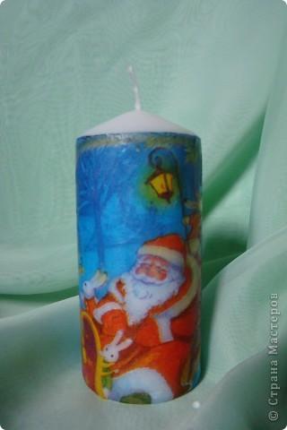 мой первый декупаж на свече.несмотря на то,что очень много складочек,мне понравилось работать со свечкой фото 4