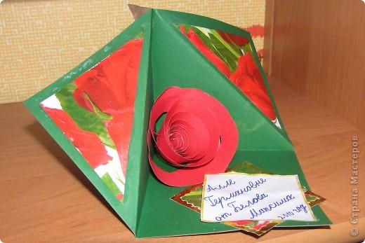 Вот такую открытку сделали с ребёнком на день рождения учительнице. Работа заняла меньше часа, 7-летний ребёнок под моим чутким руководством справился САМ. С одной стороны - всё просто. С другой - красиво и дитё сам СВОИМИ РУКАМИ сделал поделку. Учительница прослезилась, поцеловала моего Макса и сказала, что подарок, сделанный своими руками САМЫЙ ЦЕННЫЙ для неё. Ребёнок был просто счастлив. )) фото 2