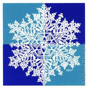 """Под Новый год окна домов, витрины магазинов украшают снежинками. Правда, чаще всего,   к настоящим снежинкам они не имеют никакого отношения. А, значит, и называться снежинками, с точки зрения физики,  не имеют права.  """"Газета.Ru"""" разместила статью профессора химии из Германии Томаса Купа, который  написал  письмо с напоминанием, что в природе бывают только шестиугольные снежинки. """"Мы, кто использует достижения науки и любит хороший дизайн, должны направить свои усилия на то, чтобы растаяли все четырех-, пяти- и восьмиугольные снежинки, которые встречаются на открытках, в детских книжках, в рекламе, и просвещать тех, кто невольно генерирует такие снежинки и распространяет их. От всего сердца приглашаю всех обсудить истинную красоту науки за кружкой горячего пунша"""", - говорится в письме Купа. фото 2"""