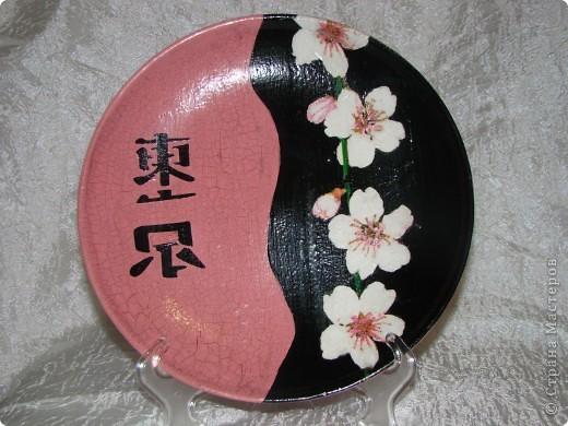 """тарелка """"Япоша"""" :) салфетка, акриловые краски, двух шаговый кракелюр, пастель и трафарет (иероглиф по нему рисовала) фото 1"""