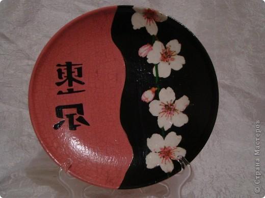 """тарелка """"Япоша"""" :) салфетка, акриловые краски, двух шаговый кракелюр, пастель и трафарет (иероглиф по нему рисовала) фото 3"""