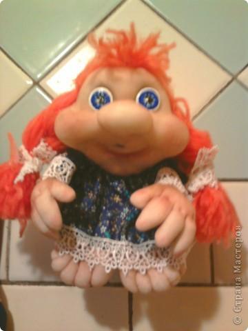 """Не удержалась и я. Попробовала сделать куклу на удачу - """"попик"""" так сказать. Это - вторая кукла. Воображуля - с кольцом и цветами: идем на день рождения в подарок. Её сделала по-меньше первой. фото 3"""