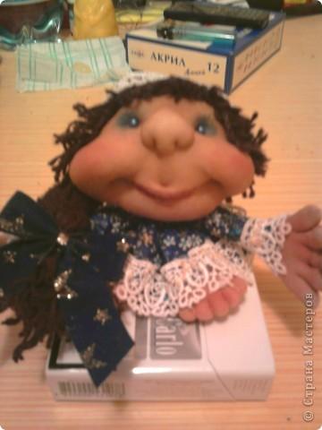 """Не удержалась и я. Попробовала сделать куклу на удачу - """"попик"""" так сказать. Это - вторая кукла. Воображуля - с кольцом и цветами: идем на день рождения в подарок. Её сделала по-меньше первой. фото 2"""