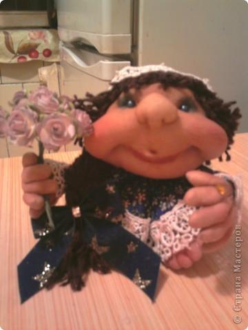 """Не удержалась и я. Попробовала сделать куклу на удачу - """"попик"""" так сказать. Это - вторая кукла. Воображуля - с кольцом и цветами: идем на день рождения в подарок. Её сделала по-меньше первой. фото 1"""