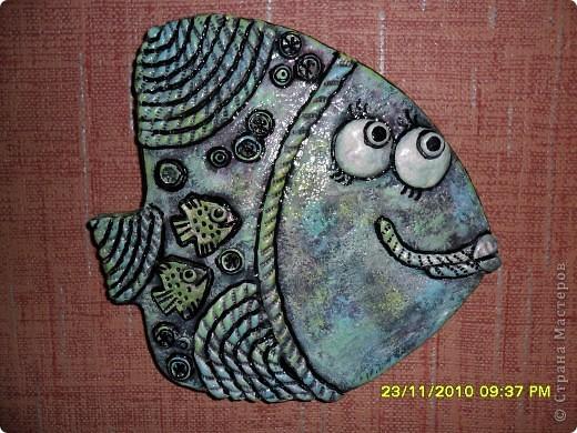 Приехала ко мне  в гости  подруга ТАТЬЯНА ЕЛЕНСКАЯ и сделала вот таких рыбок,я не помогала ей ,сделала по моей технологии -основа гипс и тесто соленое,только форму для гипса ей дала,мне очень понравились ее первые рыбки фото 1