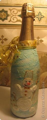 Была у меня плохо загрунтованая бутылочка (не вовремя закончилась краска в баллончике). И решила я, что для новогодней бутылки отличным фоном могут быть мятые салфетки - вроде снег... Но клеить салфетки на мятый фон вроде не очень хорошо - не факт, что будет нормально смотреться. Так и появилась идея сделать этого снеговичка. фото 1
