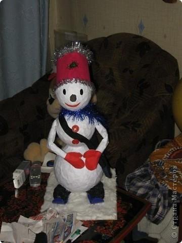 """Снеговик-почтальон (высота более 50 см).  Делали вместе с дочкой  (и папу привлекали) на городской конкурс (правда еще в прошлом году).Самым сложным оказалась установка на лыжи всей этой конструкции и покраска """"валенок"""" ватных в черный цвет."""