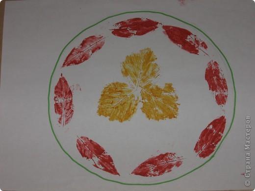 Это тоже  ученическая работа: рисование отпечатками листьев