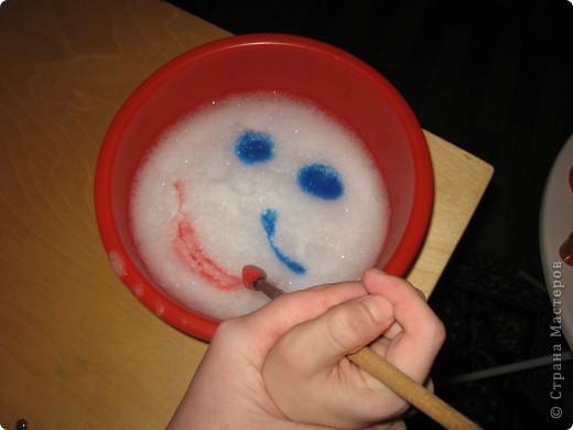 Детям очень нравятся игры с водой. В данном случае сначала была добавлена детская пена для ванн, затем вместе с ребенком, с помощью губки, взбили пену и начали рисовать красками вот такую рожицу.