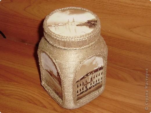 Декупаж с помощью открыток на пластиковой банке из-под кофе. Декор шпагатом. Косички вязала крючком. фото 2