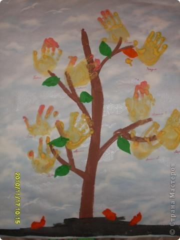 Это- наше осеннее дерево; показать другим ,как то неудобно было,но вот решилась.Наше деревце соеденило в себе 2 техники :отпечатки и аппликацию.Детям нравится и то,и другое. фото 1