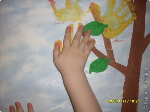 Это- наше осеннее дерево; показать другим ,как то неудобно было,но вот решилась.Наше деревце соеденило в себе 2 техники :отпечатки и аппликацию.Детям нравится и то,и другое. фото 3