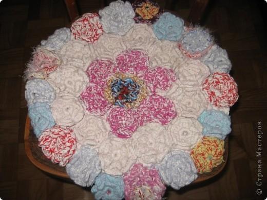 Вот такие цветы поселились на седушке моего стула))