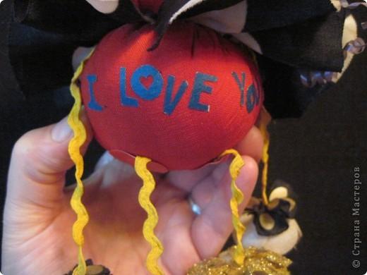 """Есть у меня такие куколки, сделанные из шариков, я их называю """"Шариколэнд"""". Сделаны они давно, лет примерно 17 назад. они мне очень дороги, потому что их делала моя старшая дочка Надюшка. Каждая куколка сделана и подарена мне к определённому празднику, каждая индивидуальна, но их объдиняет одно - сделаны они из шариков-помпончиков, сделаны с душой и все без исключения весёлые и добродушные.  фото 8"""