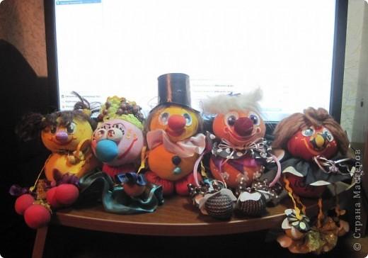 """Есть у меня такие куколки, сделанные из шариков, я их называю """"Шариколэнд"""". Сделаны они давно, лет примерно 17 назад. они мне очень дороги, потому что их делала моя старшая дочка Надюшка. Каждая куколка сделана и подарена мне к определённому празднику, каждая индивидуальна, но их объдиняет одно - сделаны они из шариков-помпончиков, сделаны с душой и все без исключения весёлые и добродушные.  фото 11"""