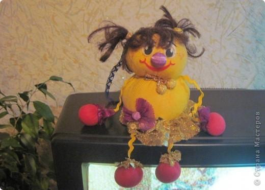"""Есть у меня такие куколки, сделанные из шариков, я их называю """"Шариколэнд"""". Сделаны они давно, лет примерно 17 назад. они мне очень дороги, потому что их делала моя старшая дочка Надюшка. Каждая куколка сделана и подарена мне к определённому празднику, каждая индивидуальна, но их объдиняет одно - сделаны они из шариков-помпончиков, сделаны с душой и все без исключения весёлые и добродушные.  фото 3"""