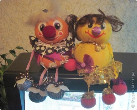 """Есть у меня такие куколки, сделанные из шариков, я их называю """"Шариколэнд"""". Сделаны они давно, лет примерно 17 назад. они мне очень дороги, потому что их делала моя старшая дочка Надюшка. Каждая куколка сделана и подарена мне к определённому празднику, каждая индивидуальна, но их объдиняет одно - сделаны они из шариков-помпончиков, сделаны с душой и все без исключения весёлые и добродушные.  фото 1"""