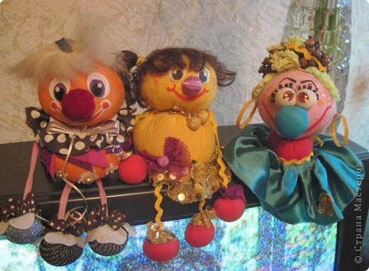 """Есть у меня такие куколки, сделанные из шариков, я их называю """"Шариколэнд"""". Сделаны они давно, лет примерно 17 назад. они мне очень дороги, потому что их делала моя старшая дочка Надюшка. Каждая куколка сделана и подарена мне к определённому празднику, каждая индивидуальна, но их объдиняет одно - сделаны они из шариков-помпончиков, сделаны с душой и все без исключения весёлые и добродушные.  фото 2"""