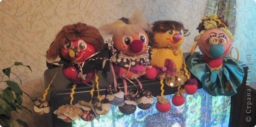 """Есть у меня такие куколки, сделанные из шариков, я их называю """"Шариколэнд"""". Сделаны они давно, лет примерно 17 назад. они мне очень дороги, потому что их делала моя старшая дочка Надюшка. Каждая куколка сделана и подарена мне к определённому празднику, каждая индивидуальна, но их объдиняет одно - сделаны они из шариков-помпончиков, сделаны с душой и все без исключения весёлые и добродушные.  фото 10"""